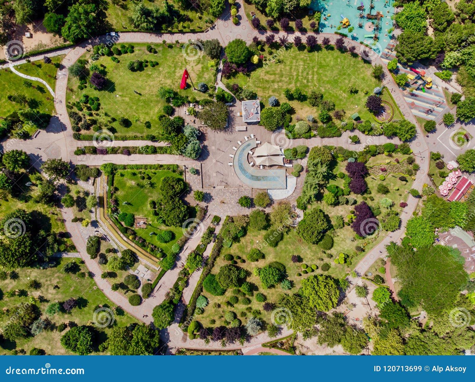 Luchthommelmening van het Park van de de Vrijheidstuin van Kadikoy Goztepe in Istanboel/Ozgurluk Parki