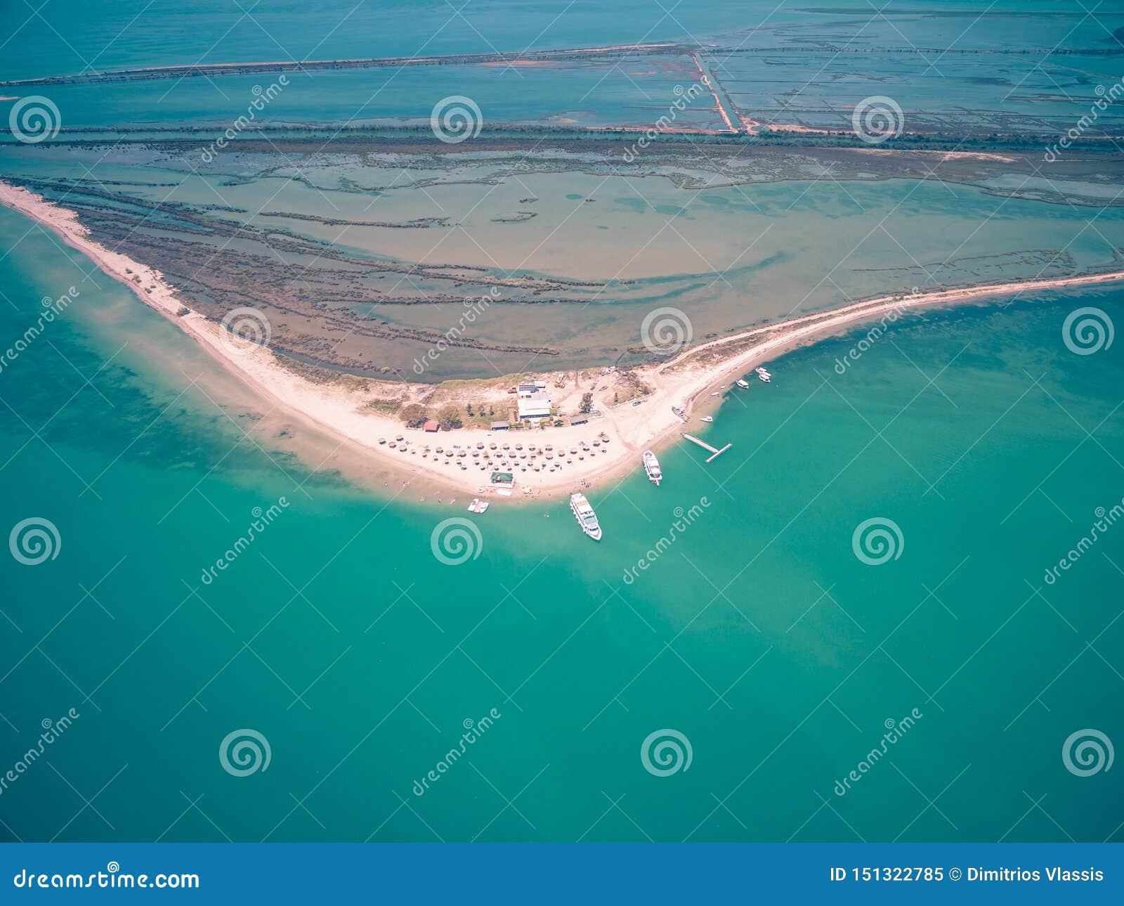Luchthommelmening van het strand en het landschap van Kalamas buiten het Eiland van Korfu Griekenland