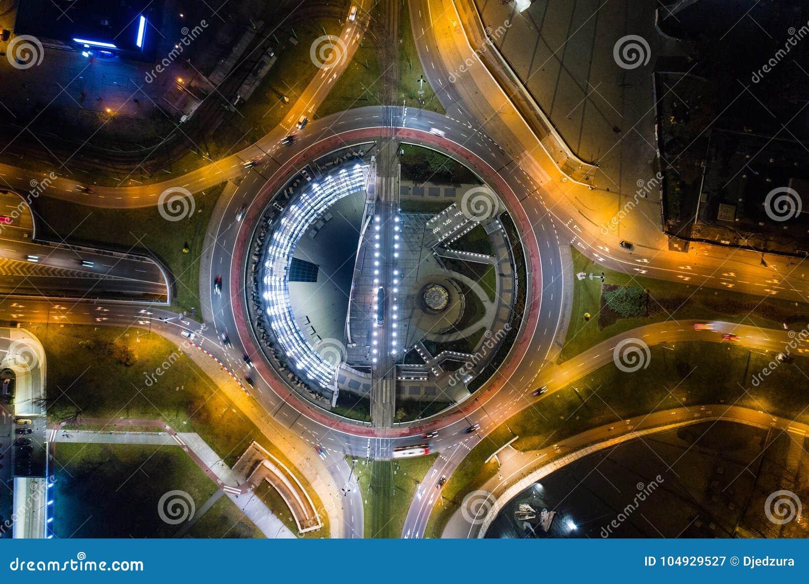 Luchthommelmening van rotonde in Katowice bij nacht