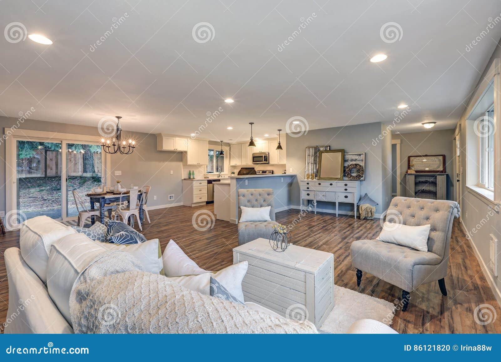 Lichte Luchtige Woonkamer : Luchtige licht gevulde woonkamer in zachte blauwe en grijze