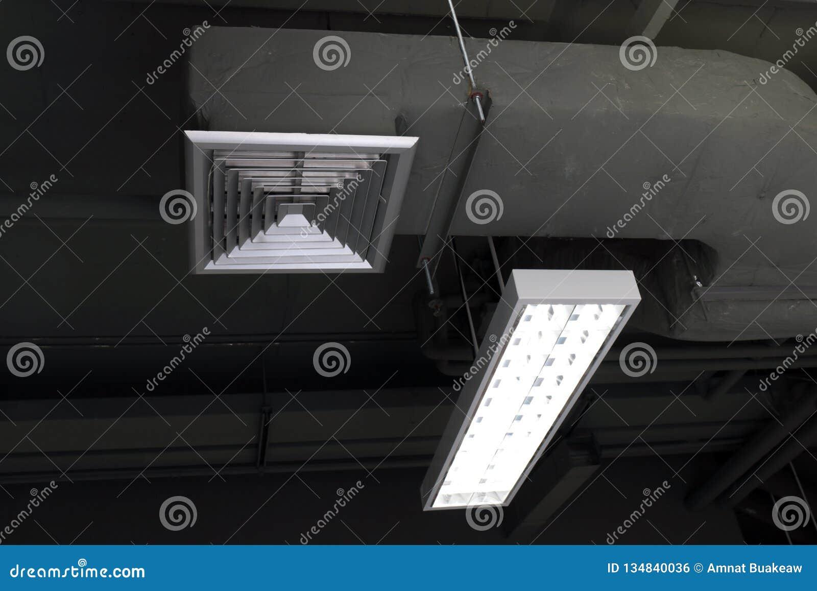 Luchtleidingsdoos, Airconditioning, Luchtleiding, Luchtventilatie en neonlichtbollen binnen de de bouw selectieve nadruk