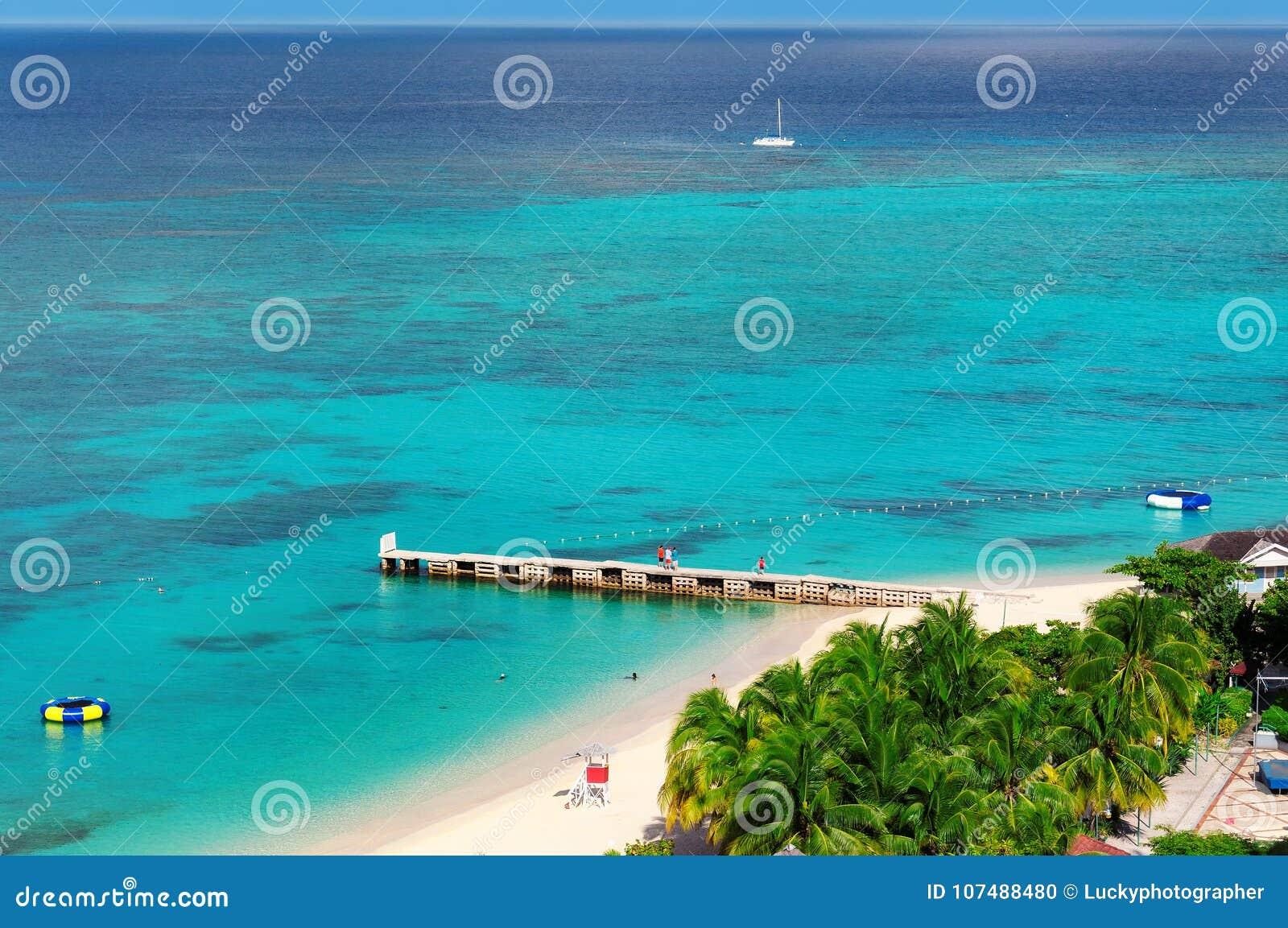 Luchtmening over mooie Caraïbische strand en pijler in Montego Bay, Jamaïca-eiland