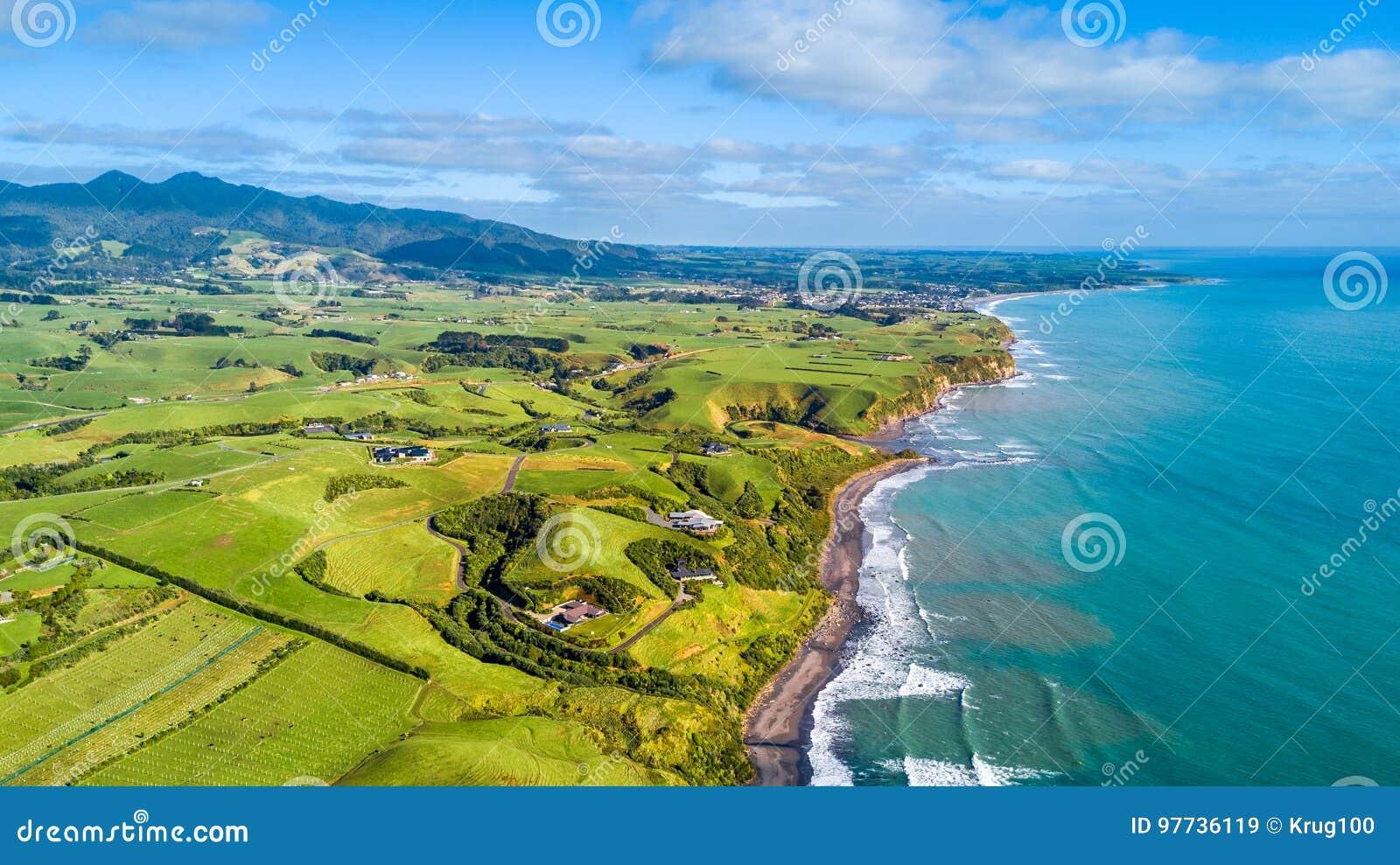 Luchtmening over Tasman-kust met landbouwbedrijven en voorraadpaddocks Taranakigebied, Nieuw Zeeland