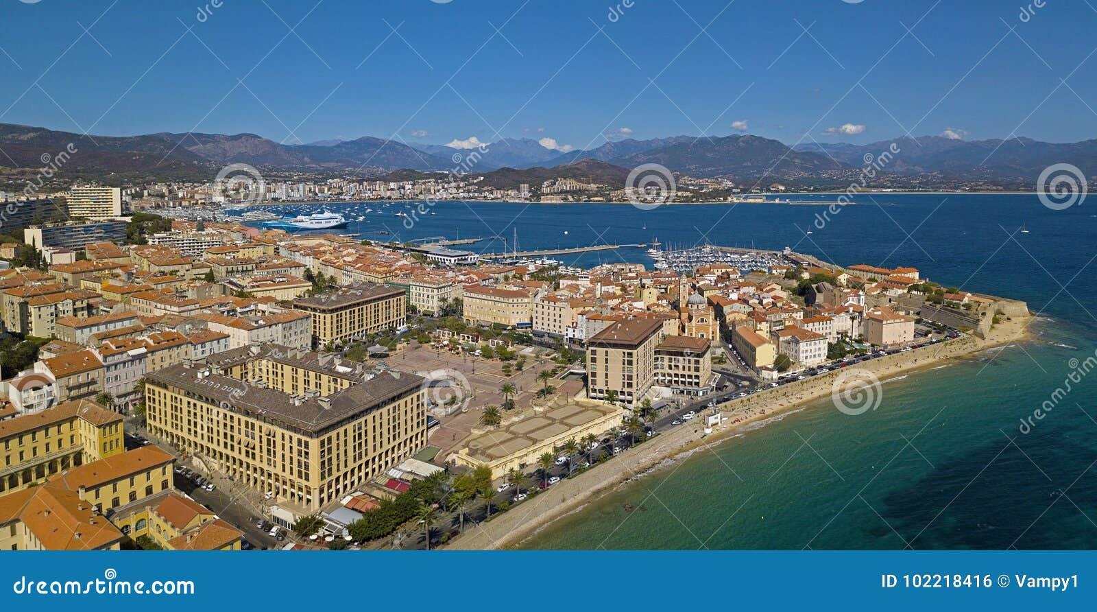 Luchtmening van Ajaccio, Corsica, Frankrijk Het havengebied en het stadscentrum van het overzees wordt gezien die