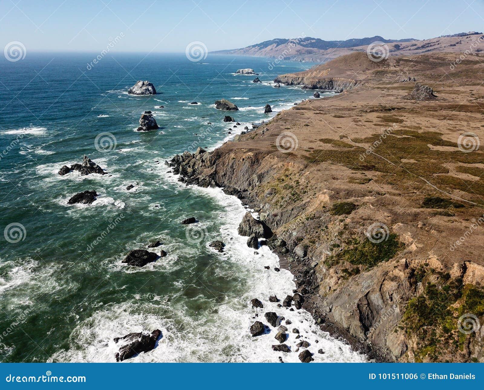 Luchtmening van de Dramatische Kustlijn van Californië