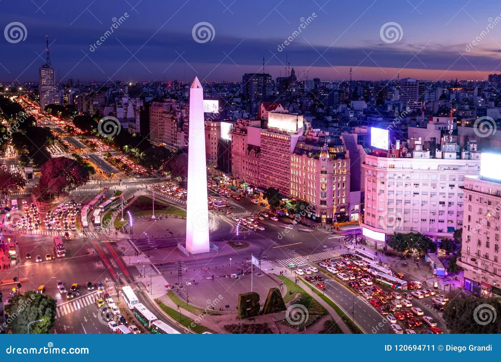 Luchtmening van de weg van Buenos aires en van 9 DE Julio bij nacht met purper licht Buenos aires, Argentinië