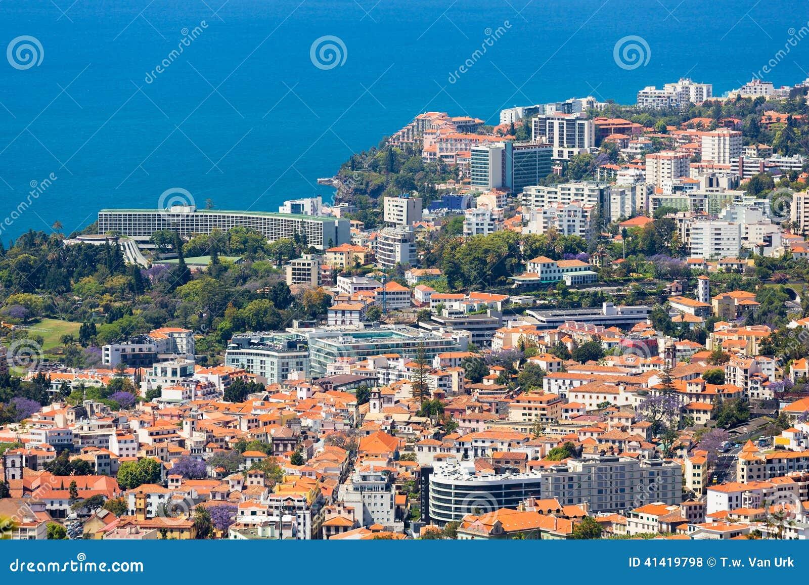 Luchtmening van de westelijke kant van Funchal met vele hotels; Het Eiland van madera