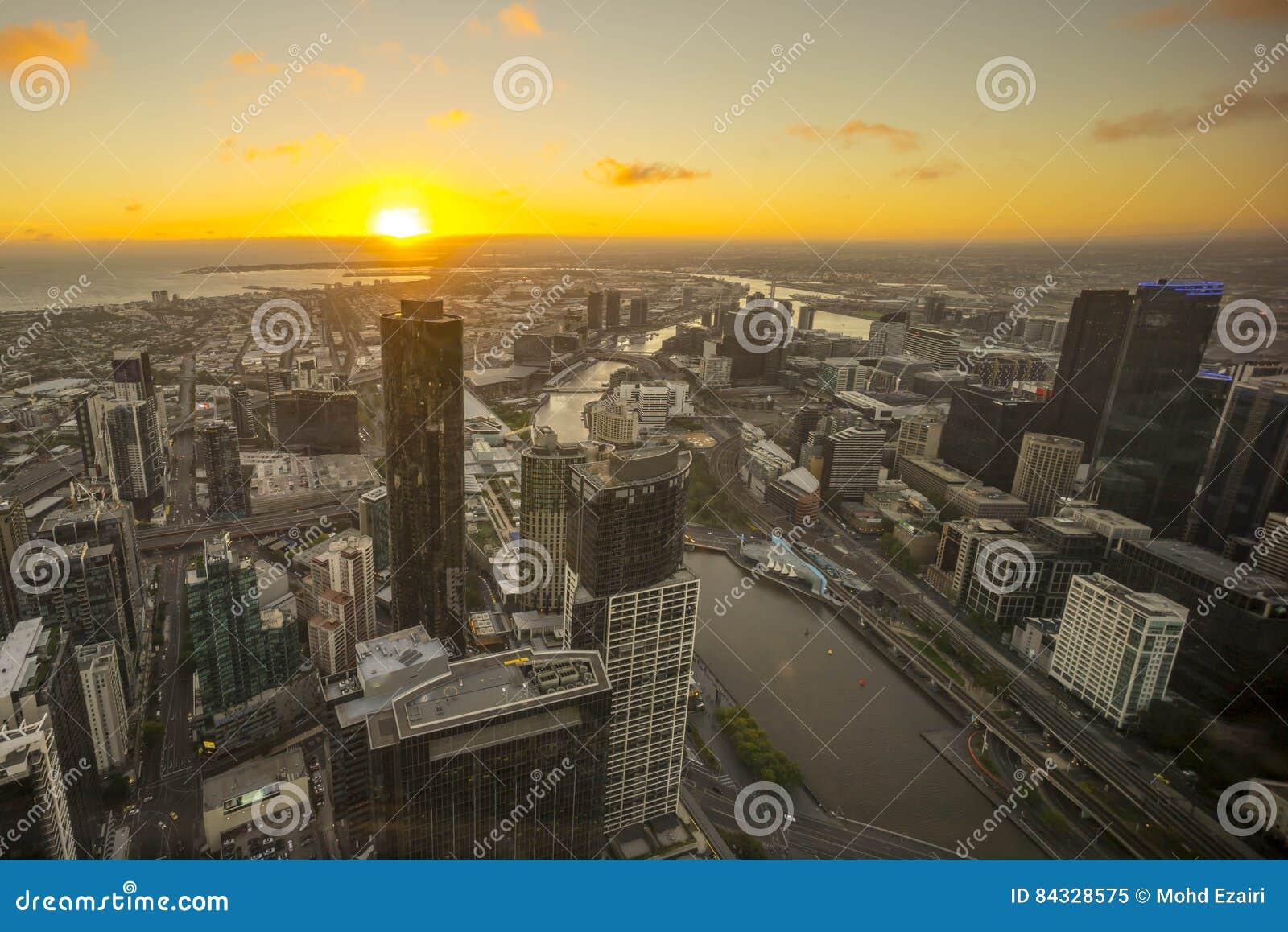 Luchtmening van dramatische zonsondergang bij de stadshorizon van Melbourne