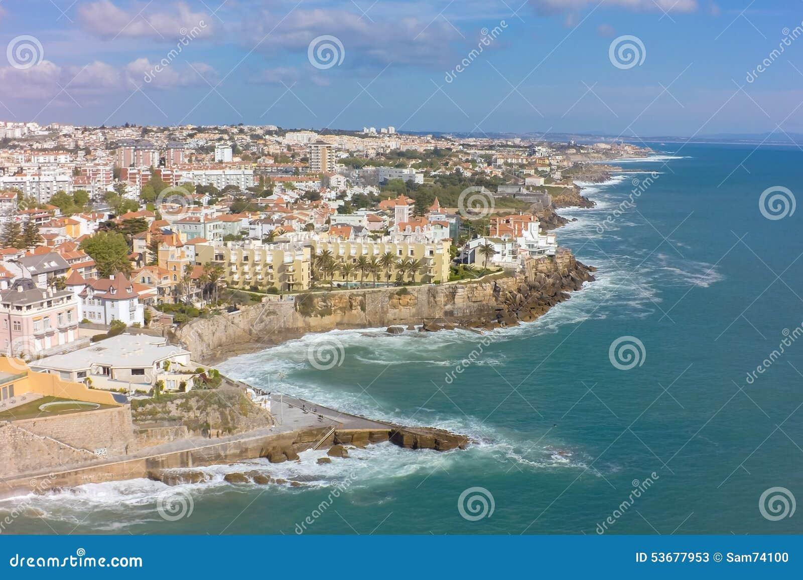 Luchtmening van Estoril kustlijn dichtbij Lissabon in Portugal