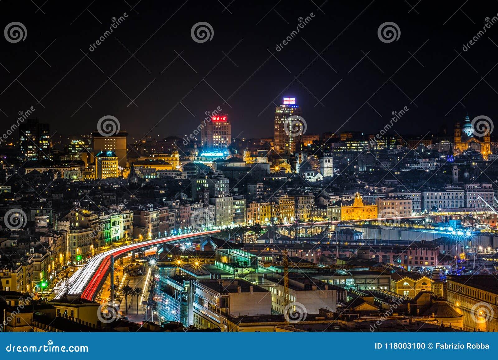 Luchtmening van Genoa Genova Italy, de haven met de verhoogde weg  s nachts, Italië