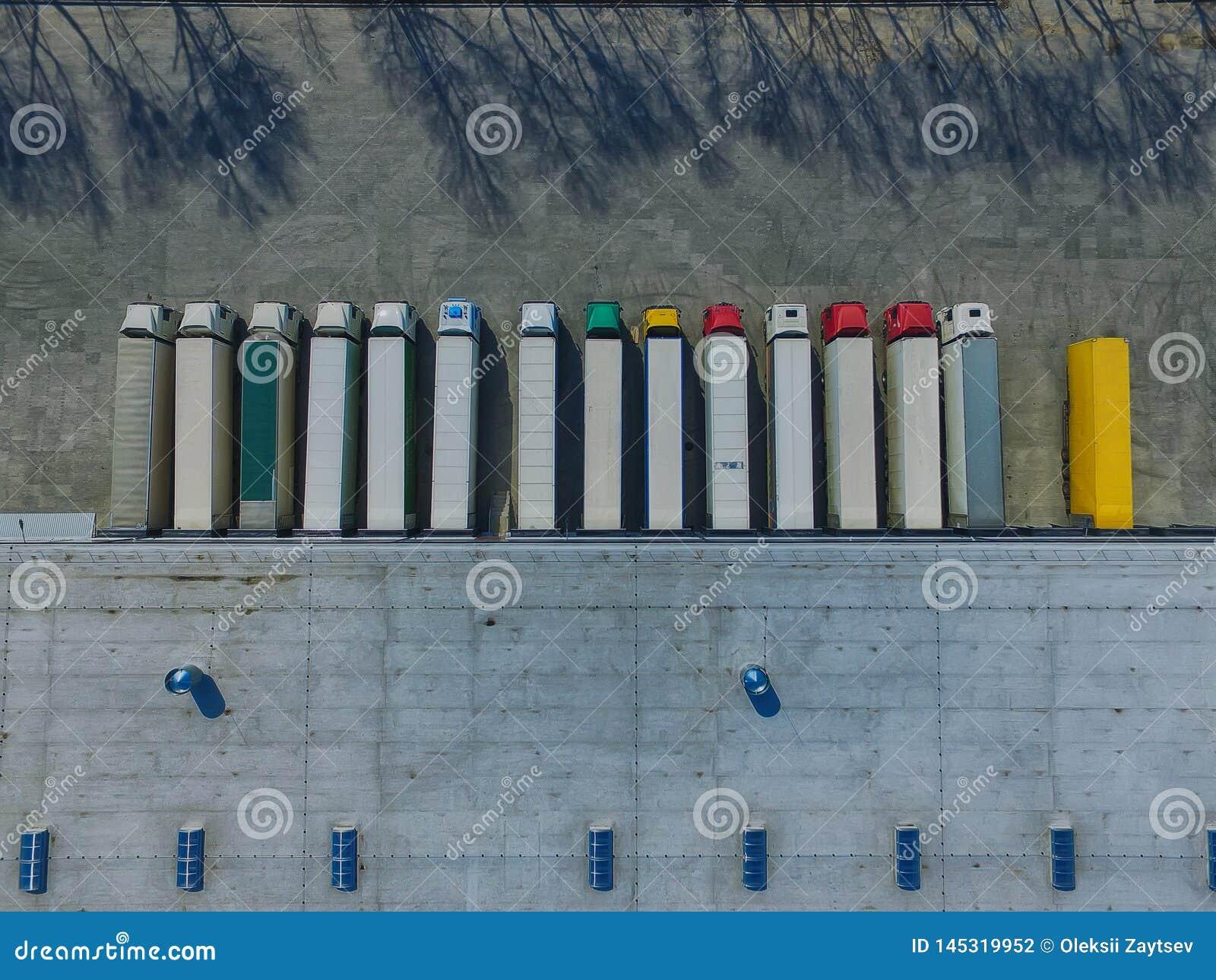 Luchtmening van goederenpakhuis Logistiekcentrum in industri?le stadsstreek van hierboven