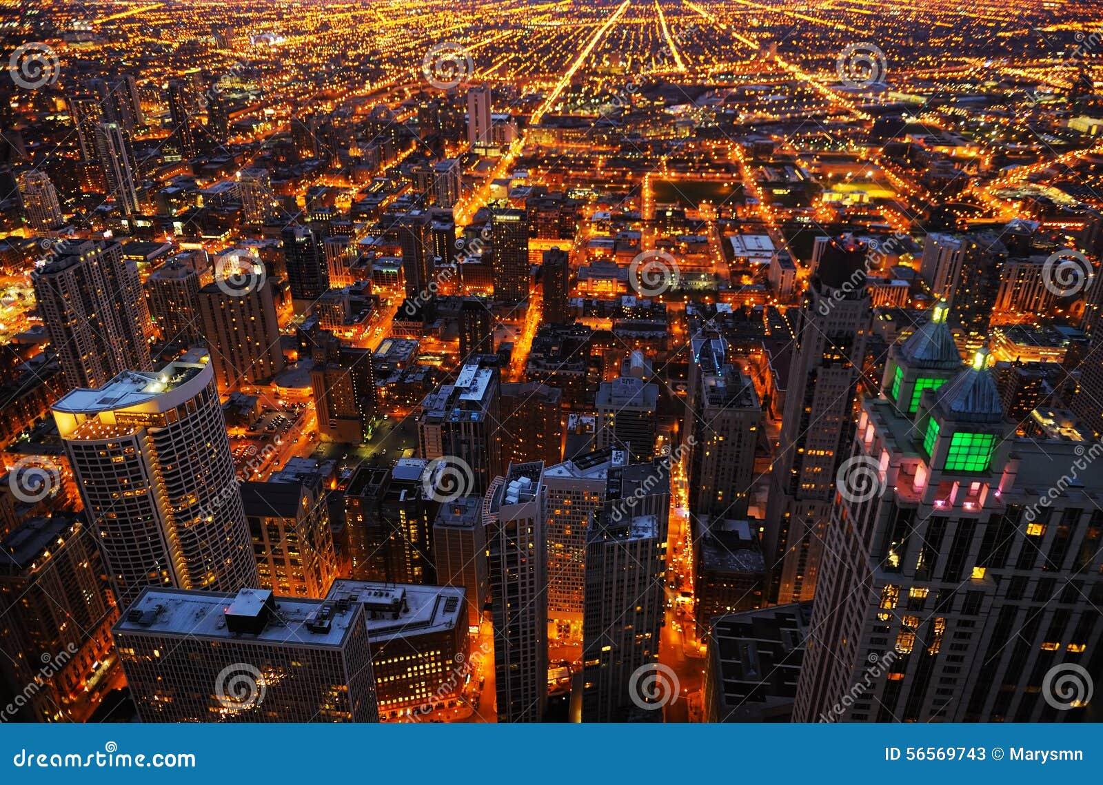 Luchtmening van grote stad bij nacht