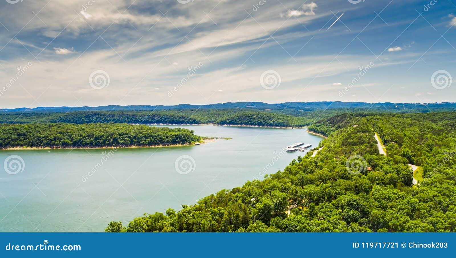Luchtmening van het meer van Stierenondiepten in Branson, Missouri