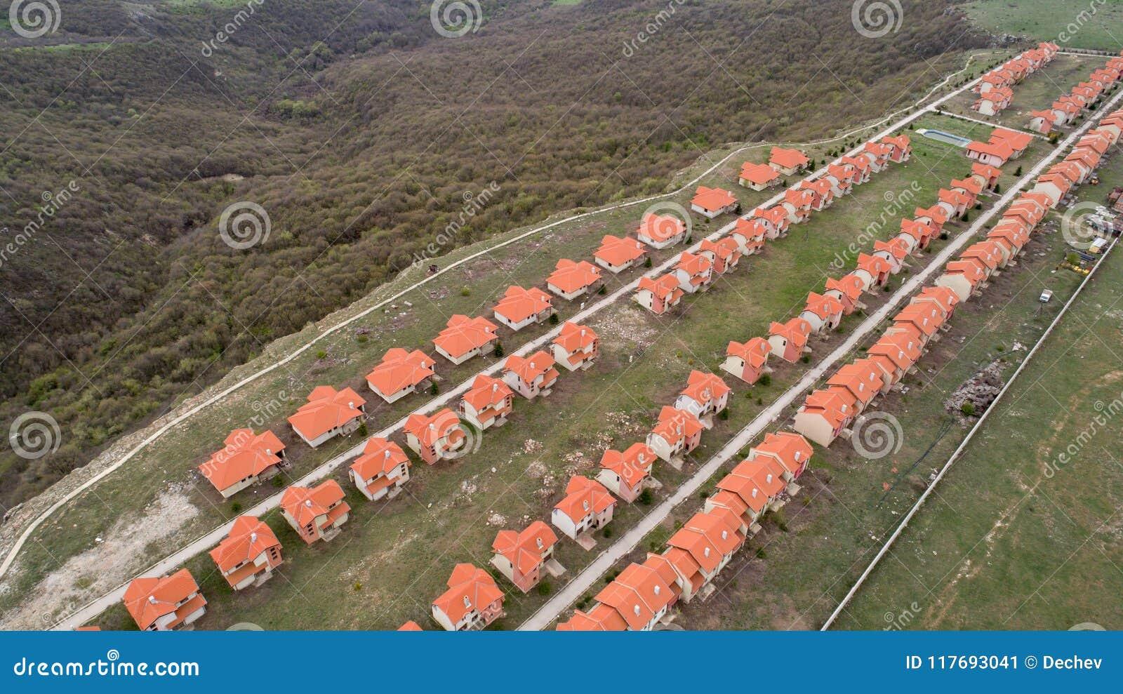 Luchtmening van huisdorp Een dichte mening van de huisvesting van de baksteenrij De mening van vogelogen van huis en landgoedorië
