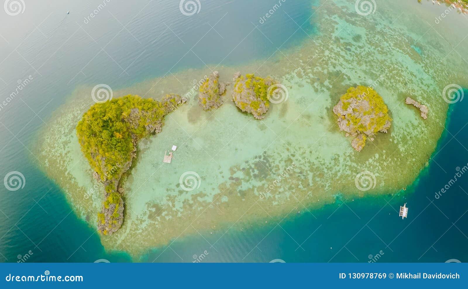 Luchtmening van kleine eilanden Siete Pecados dichtbij in Coron-Baai PALAWAN bewolking