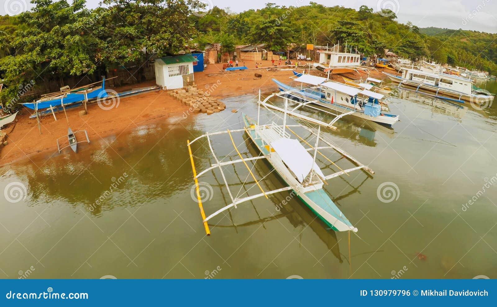 Luchtmening van kleine eilanden Siete Pecados met boten in Coron-Baai Palawandorp bewolking