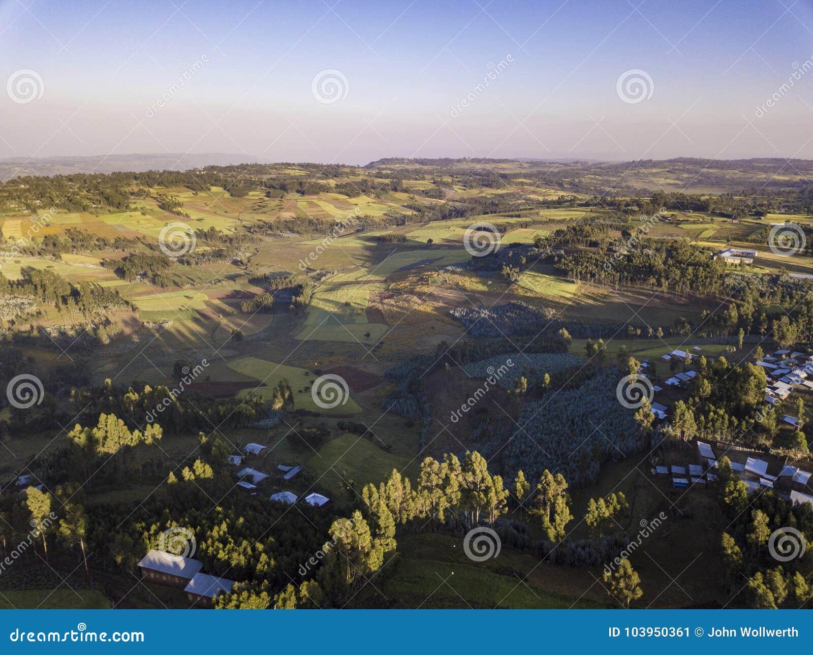 Luchtmening van landelijk Ethiopisch dorp