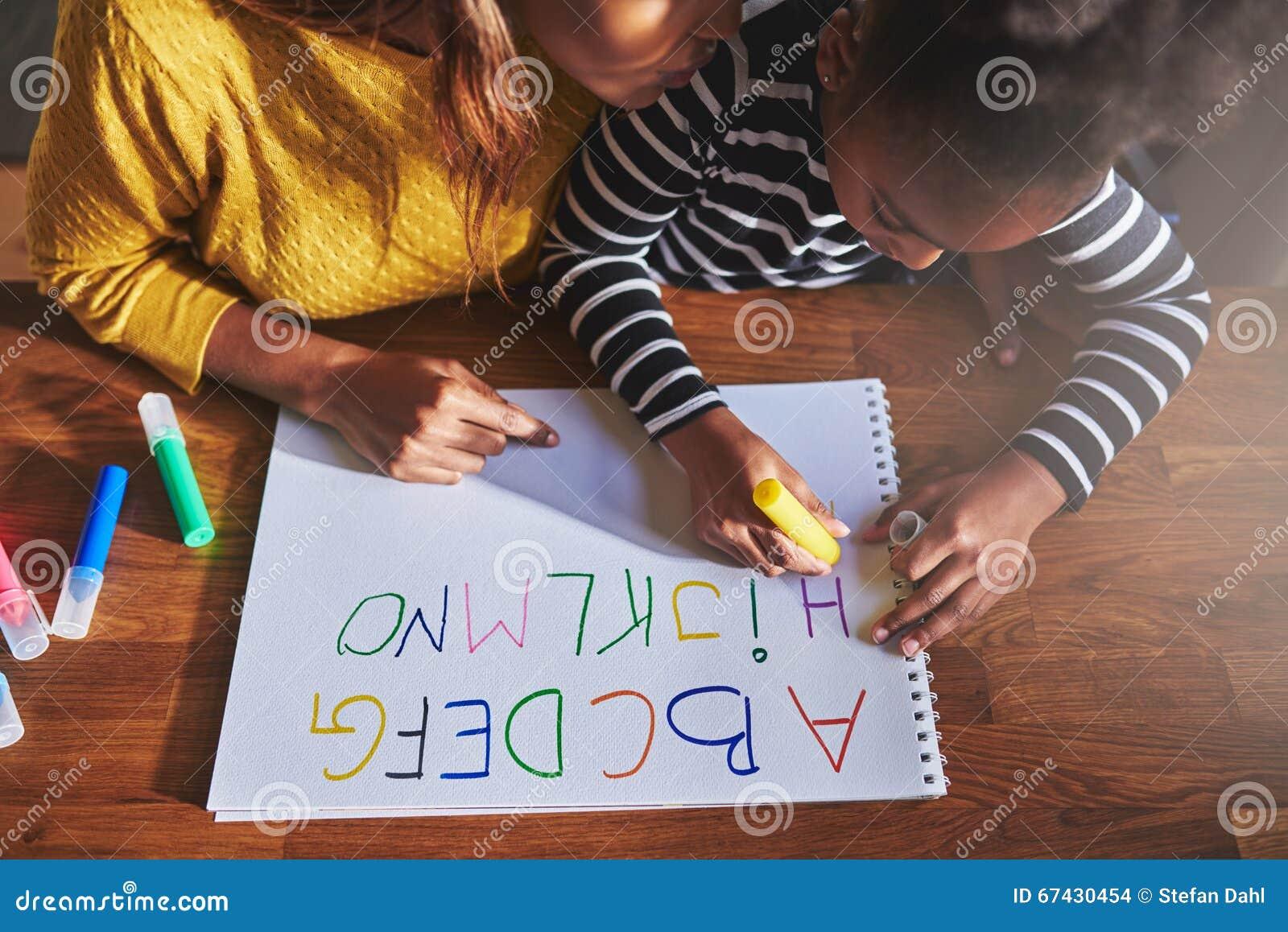 Luchtmening van meisje die het alfabet leren