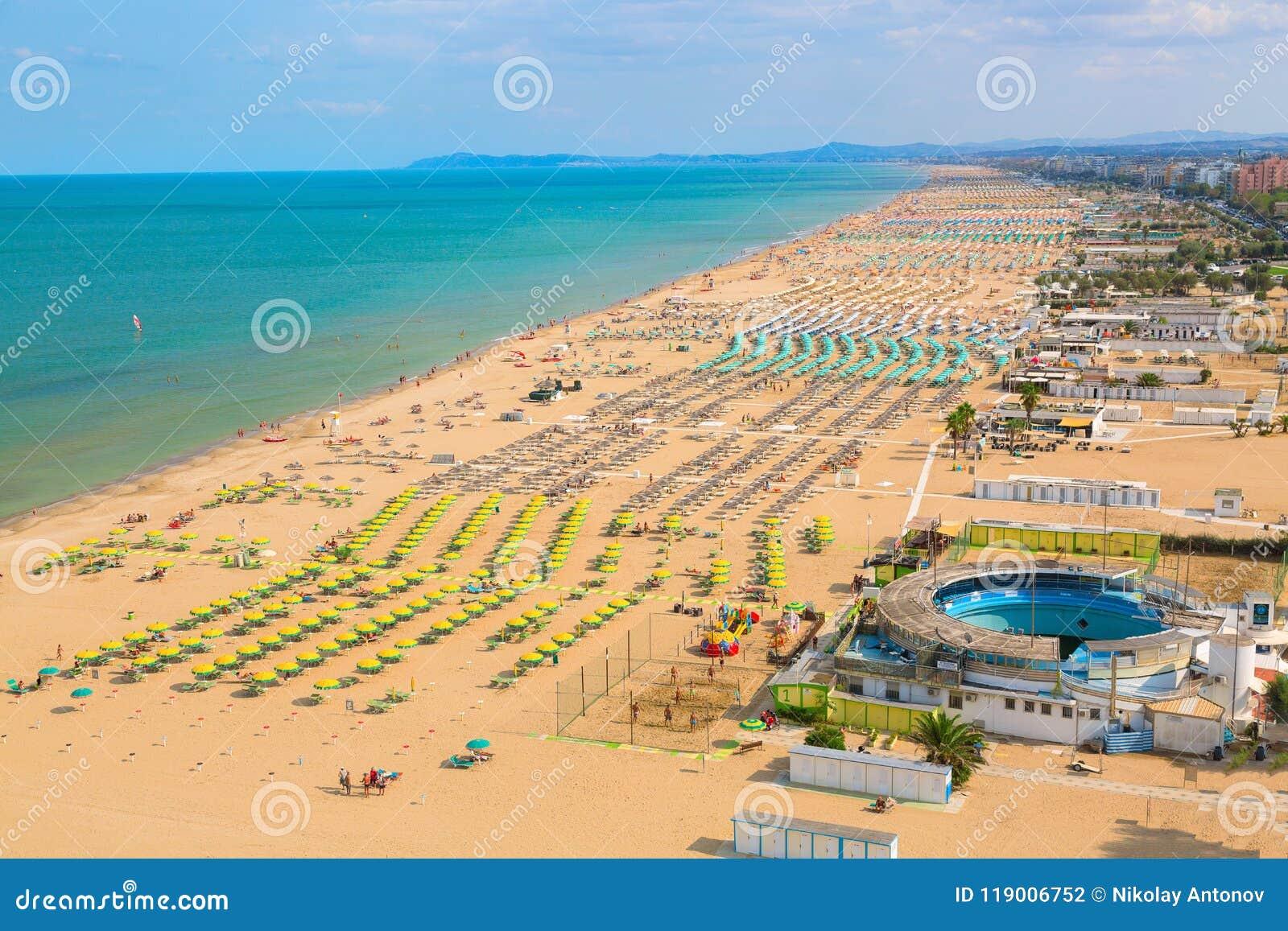 Luchtmening van Rimini-strand met mensen en blauw water De vakantieconcept van de zomer