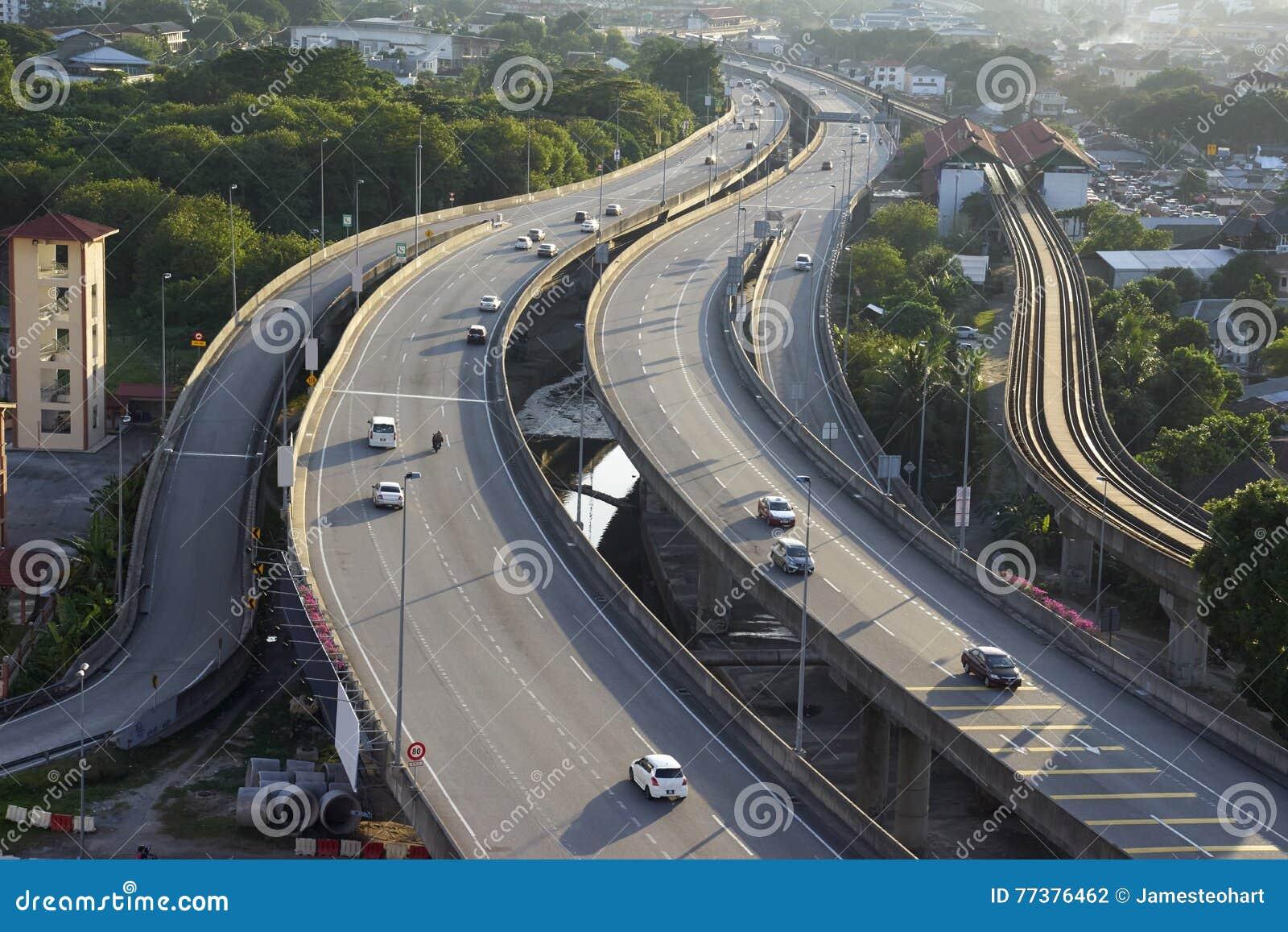Luchtmening van veelvoudig steegweg en verkeer
