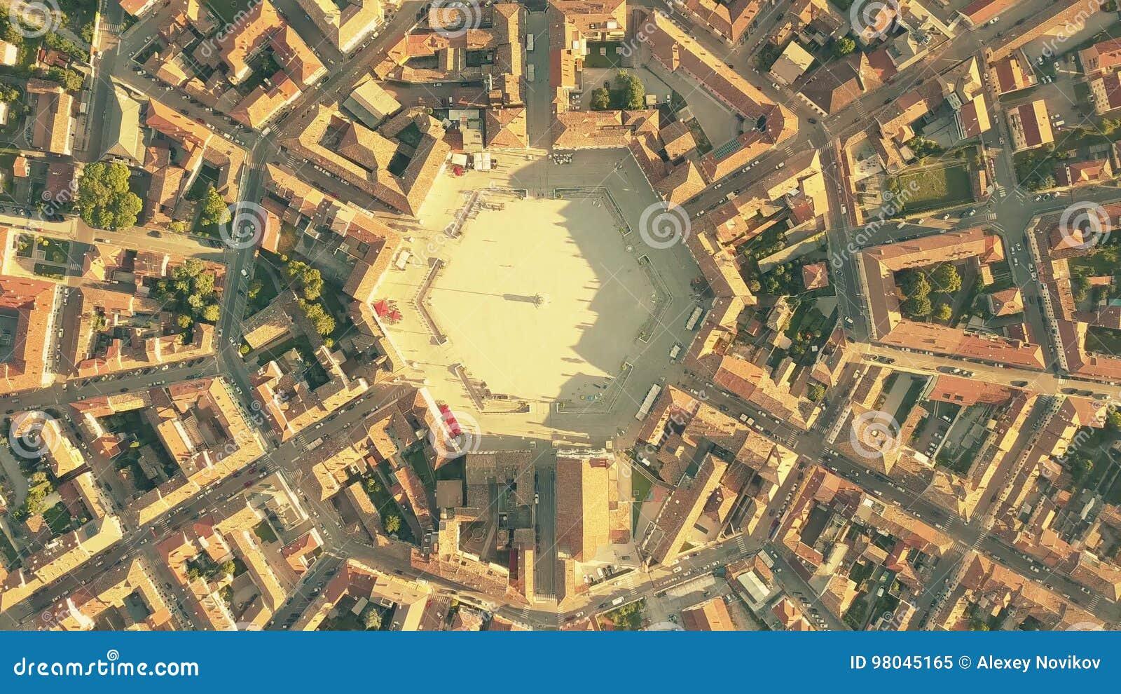 Luchttop down mening van betegelde daken van symmetrische Palmanova-stad, Italië