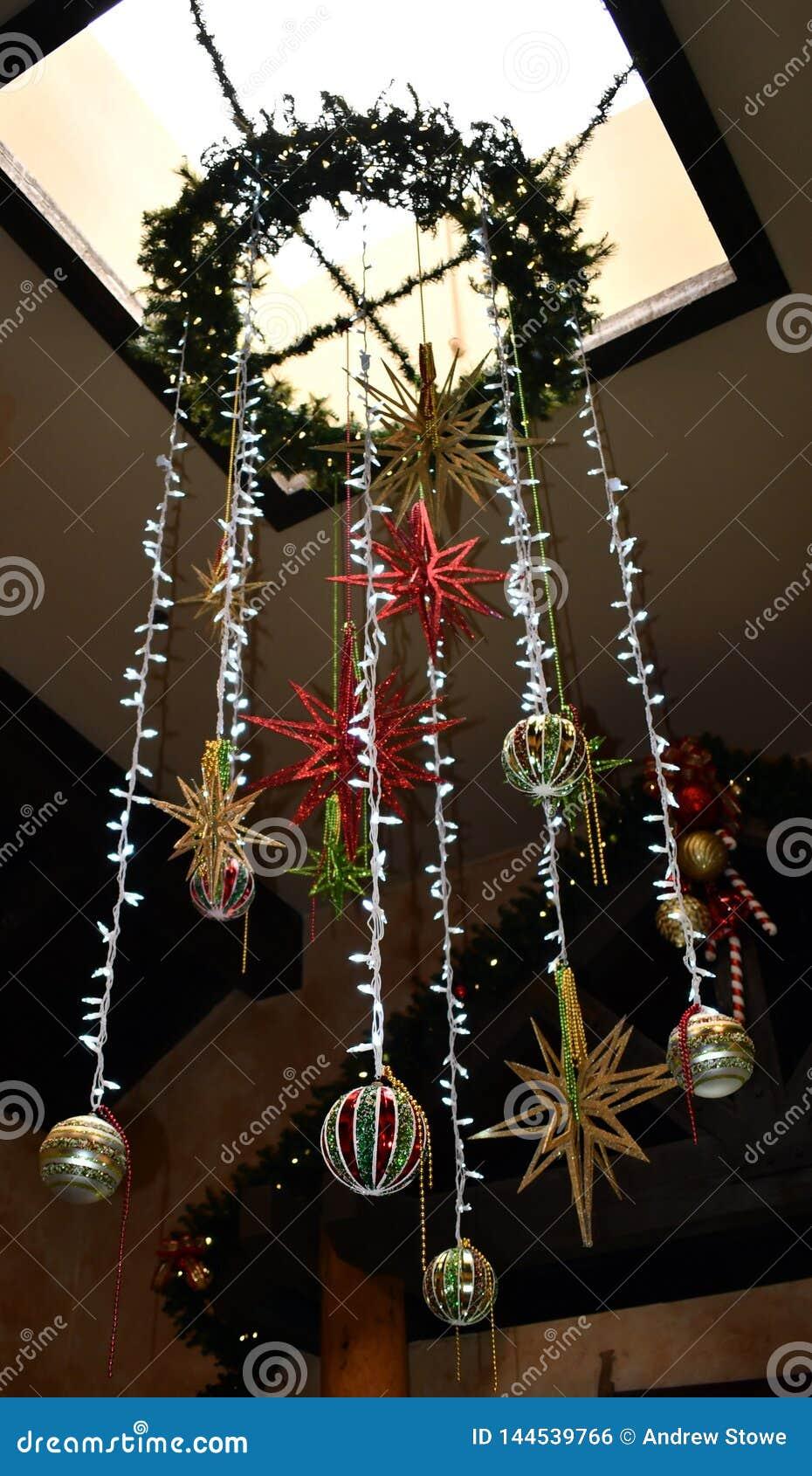 Luci d attaccatura con alcuni ornamenti