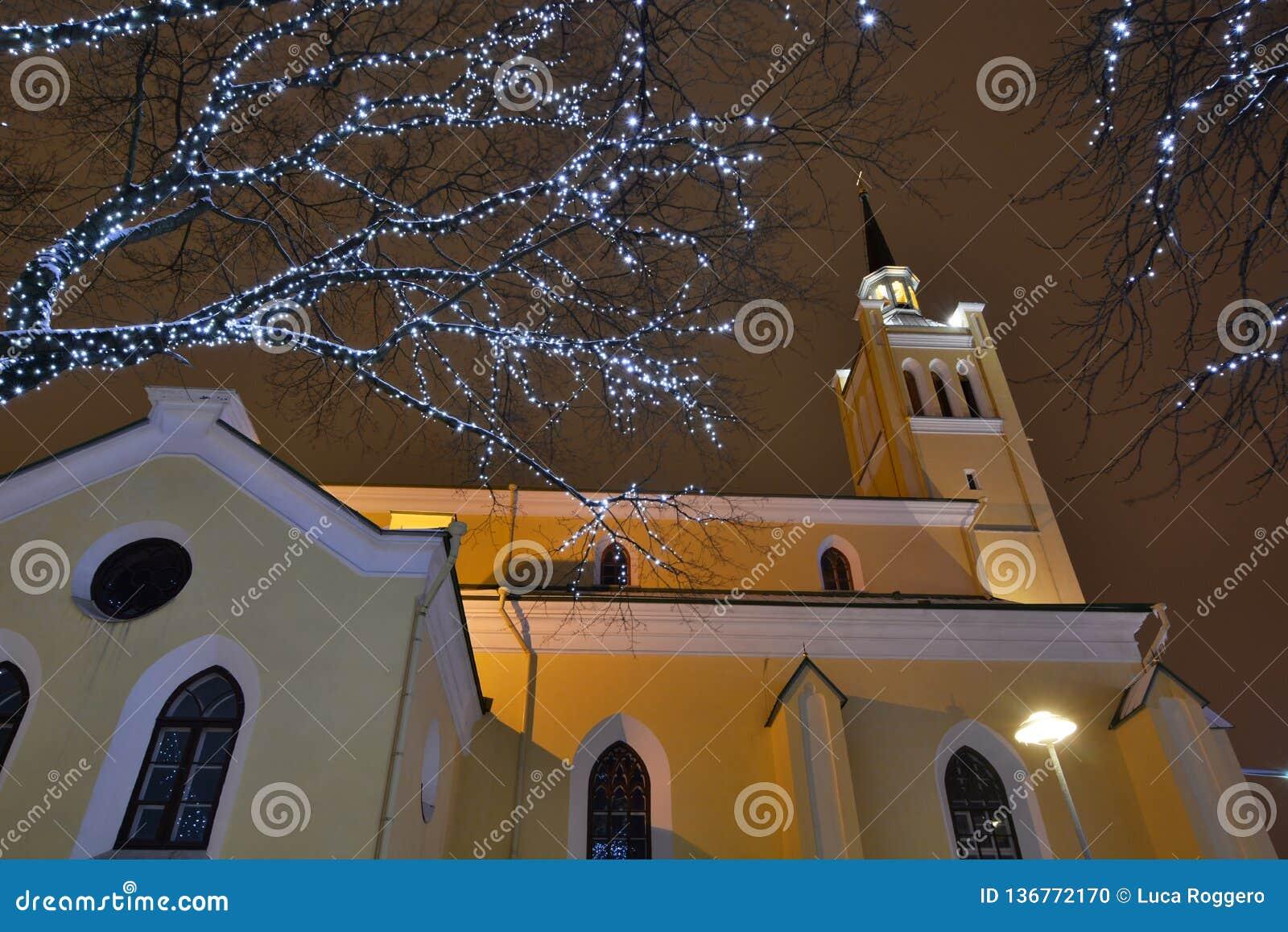 Luci di Natale vicino alla chiesa di San Nicola tallinn L Estonia