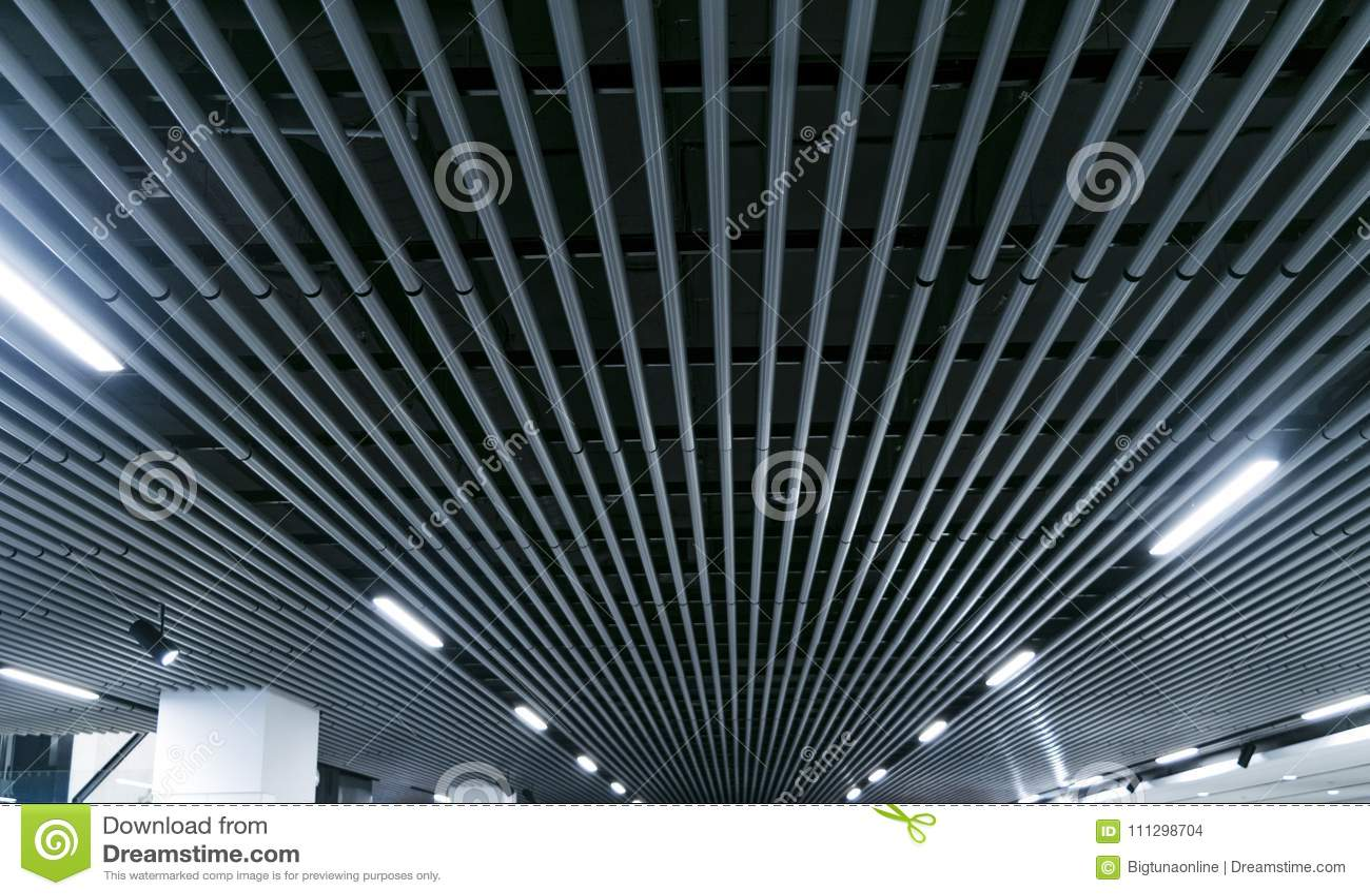Luci e sistema di ventilazione nella lunga fila sul soffitto della costruzione scura di Hall Ceiling di mostra del fabbricato ind