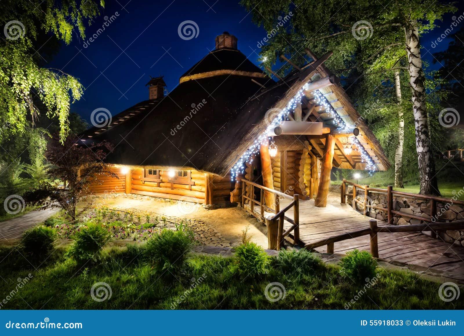 Luci illuminate casa di legno di fiaba immagine stock - Casa di legno abitabile ...