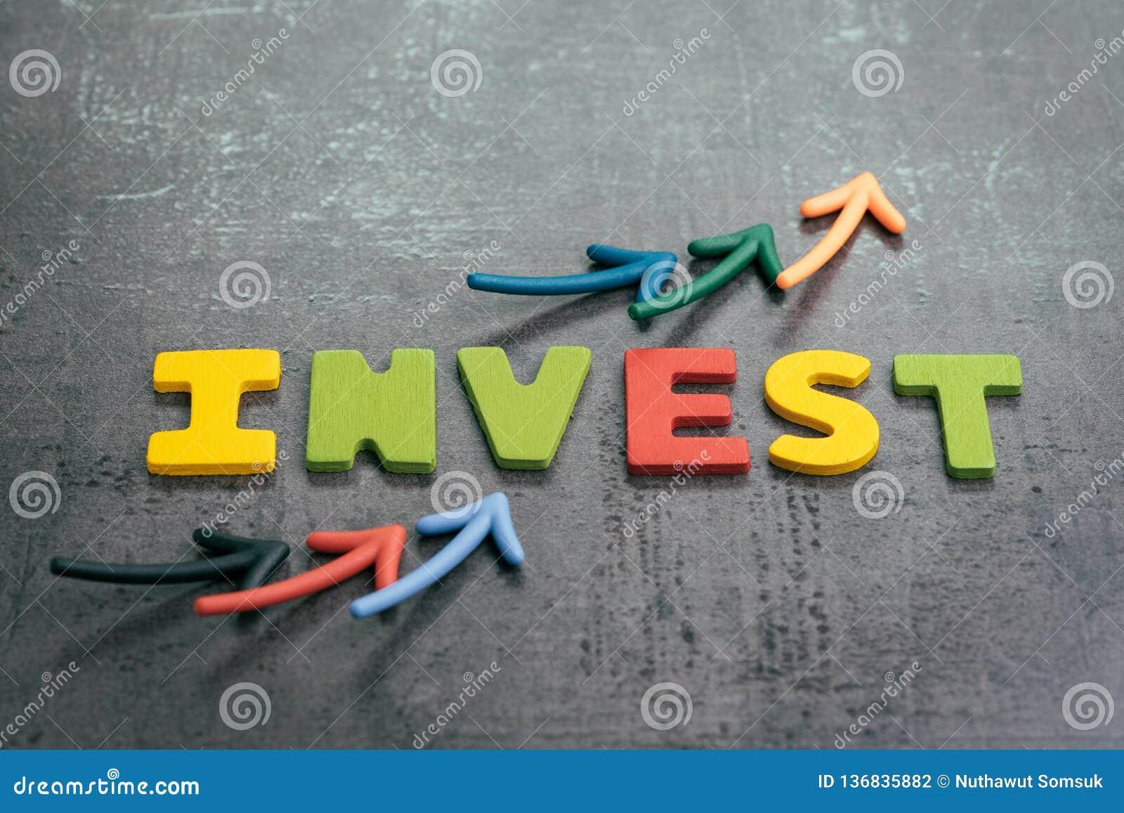 Lucro ou crescimento do conceito do investimento, setas que apontam acima como a carta com as letras coloridas que constroem a pa