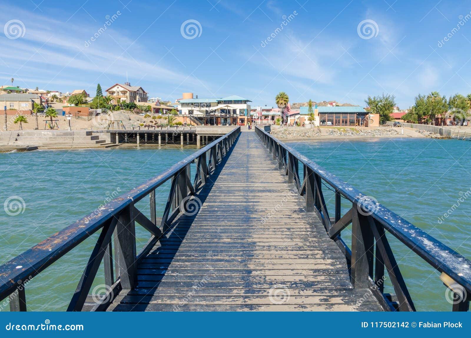 Luderitz, Namíbia - 8 de julho de 2014: Vista sobre Luderitz do molhe de madeira no mar no dia ensolarado brilhante