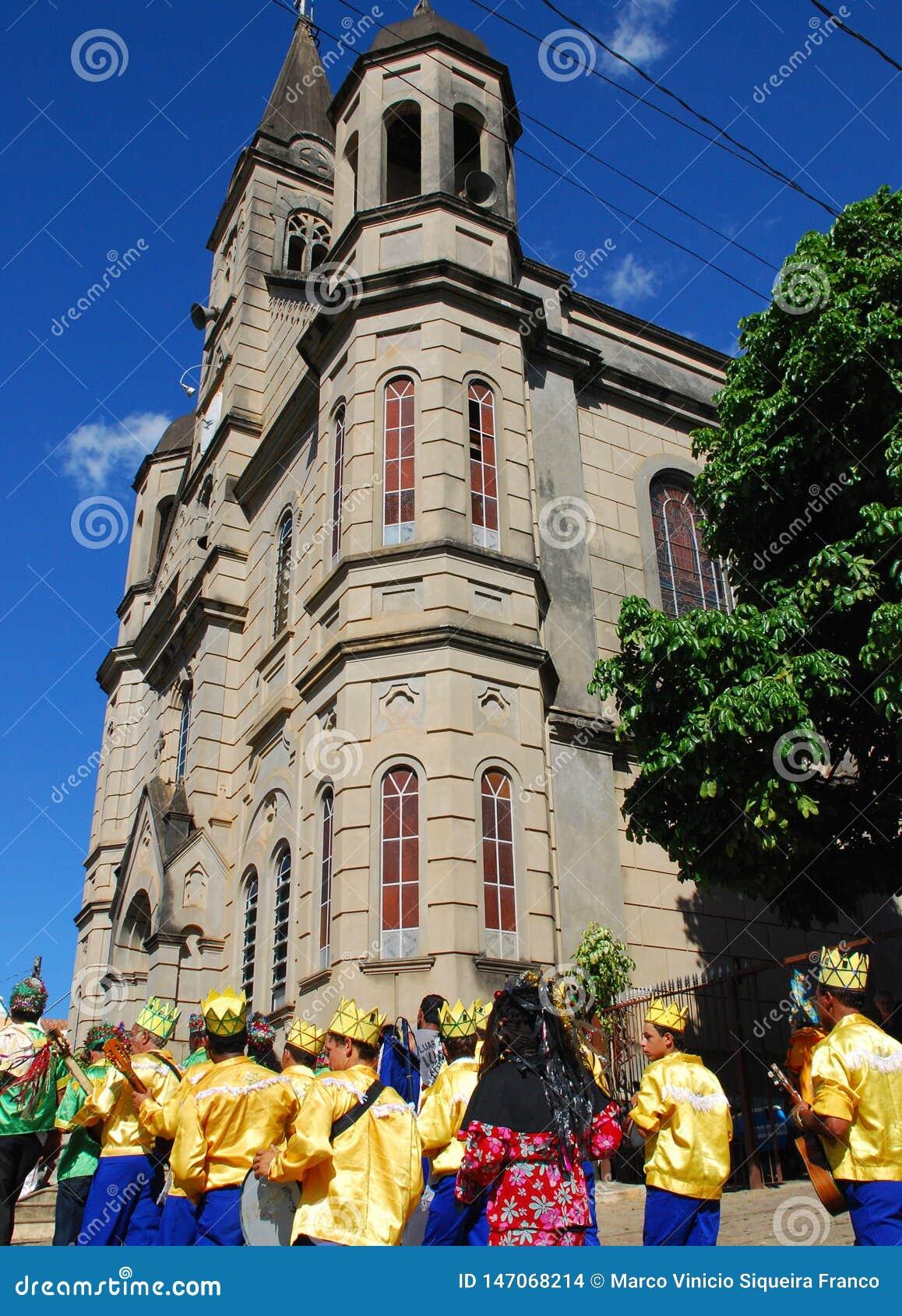 Ludowa parada przy kościół