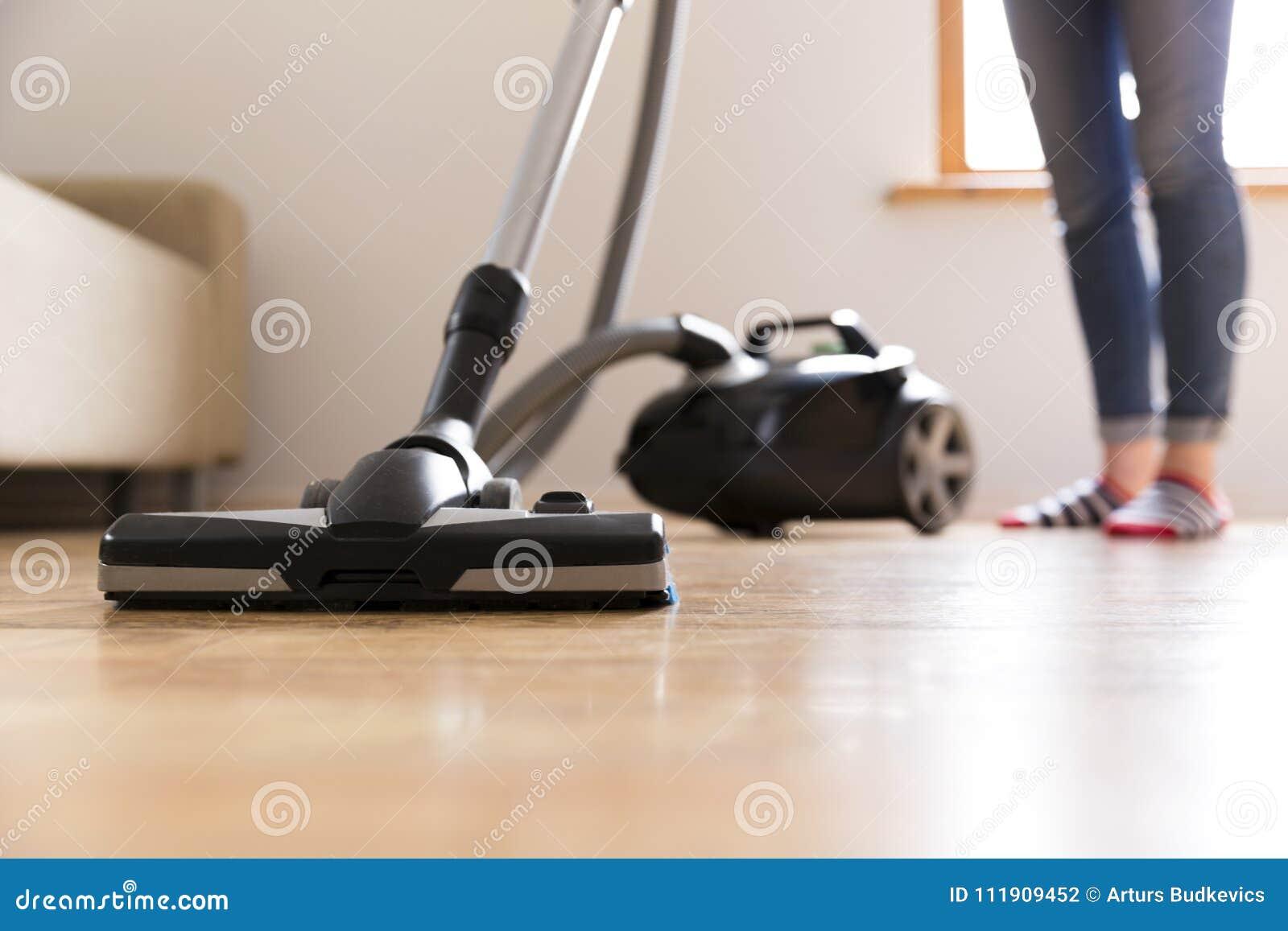 Ludzi, sprzątania i housekeeping pojęcie, - szczęśliwa kobieta z próżniowym cleaner w domu butelki cleaning szczęśliwa target2698