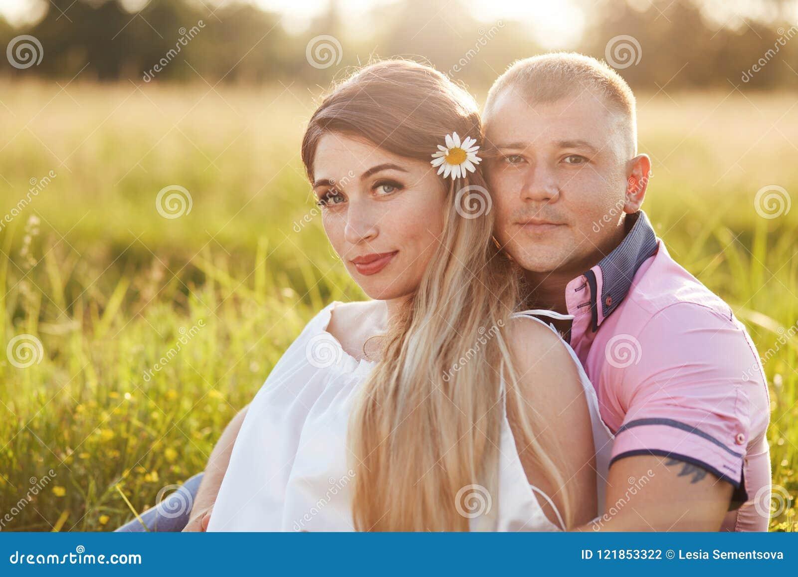 Ludzi, więzi i miłości pojęcie, Atrakcyjna dziewczyna i chłopak obejmujemy, cieszymy się spokojnego atmosph podczas gdy siedzi na