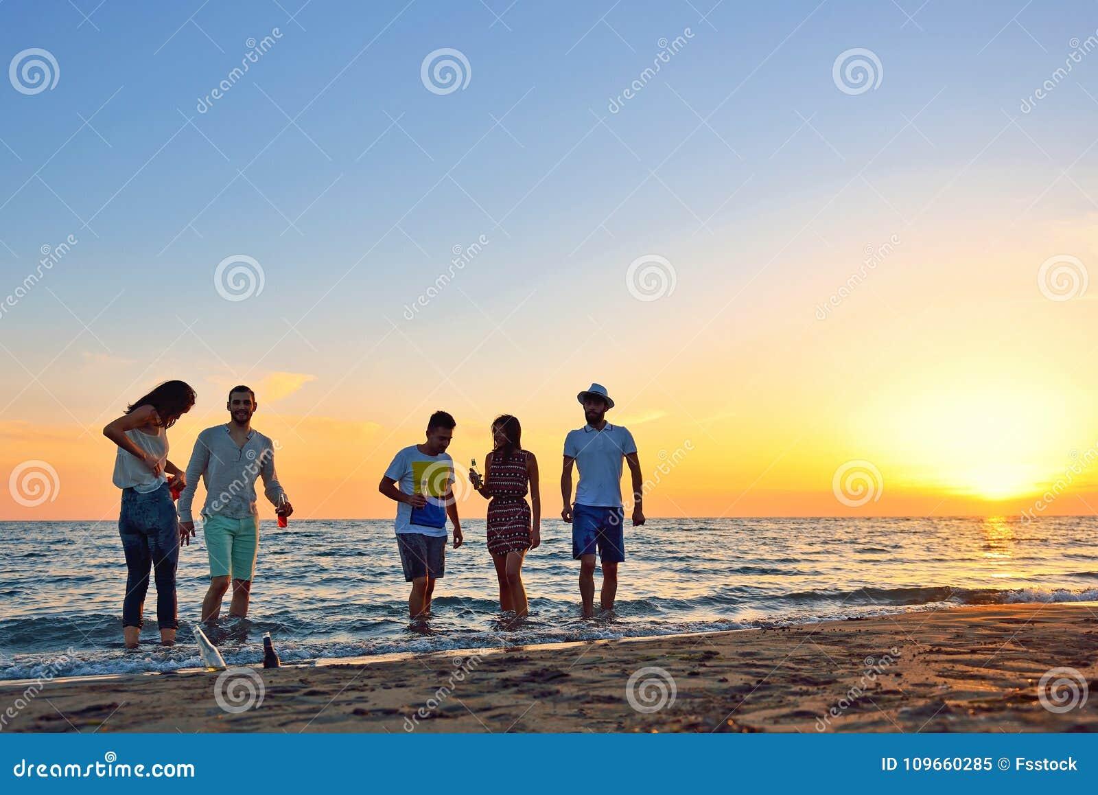 Ludzie świętowanie plaży przyjęcia wakacje letni wakacje pojęcia