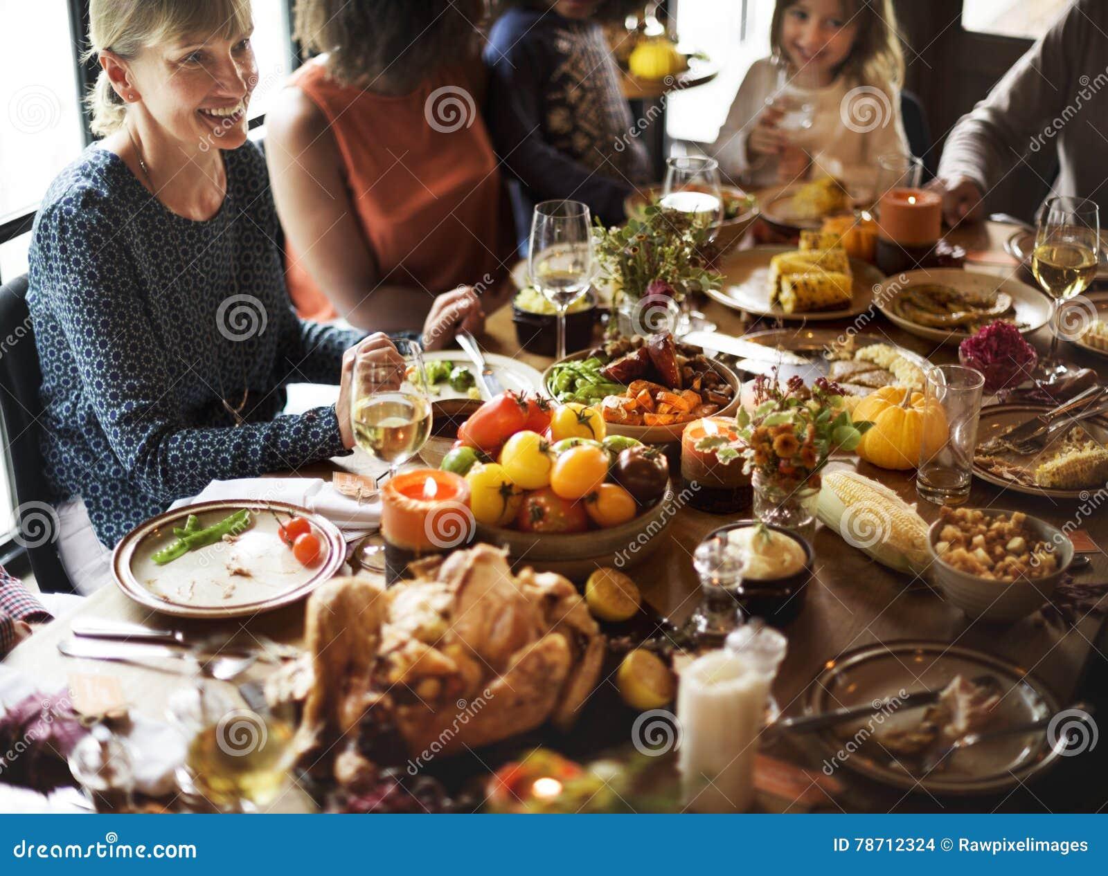 Ludzie Świętuje święto dziękczynienia tradyci pojęcie