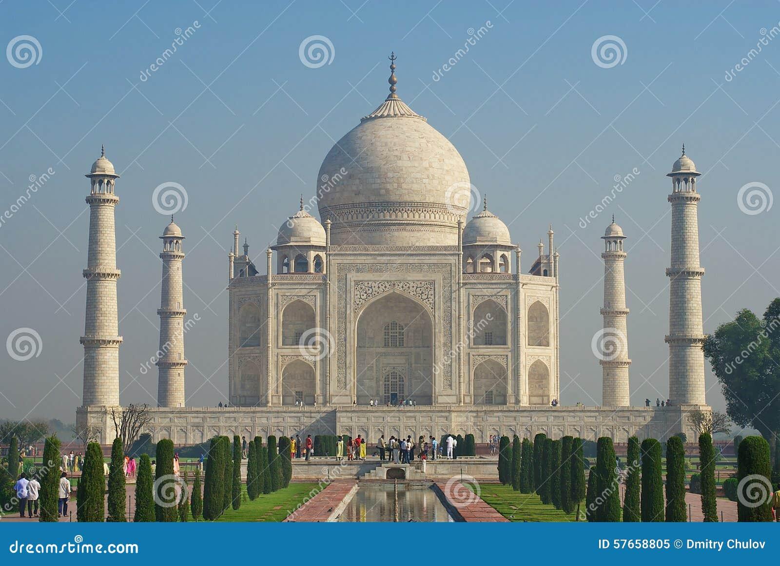 Ludzie badają Taj Mahal mauzoleum przy wschodem słońca w Agra, India