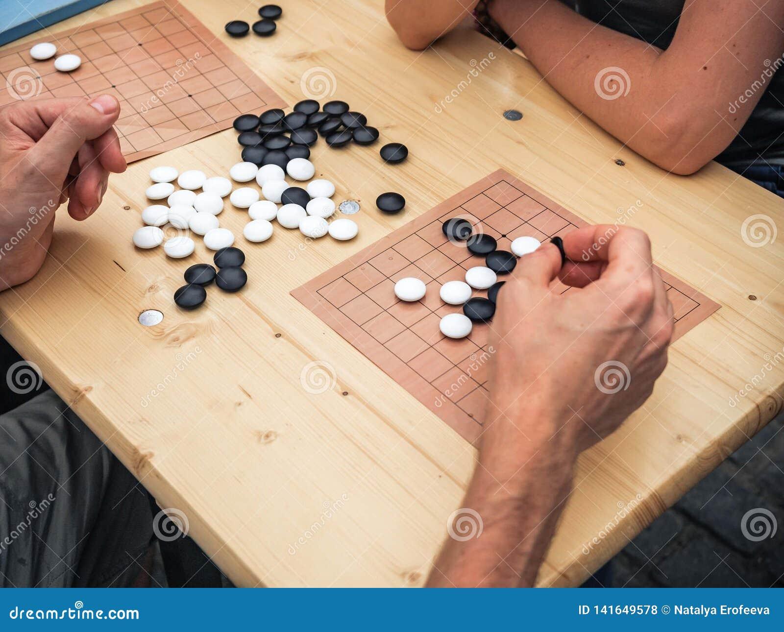 Ludzie bawić się chińskiego boardgame Ludzie Bawić się Mahjong azjata Opierającą się grę Stołowa Uprawia hazard odgórna viewThe g