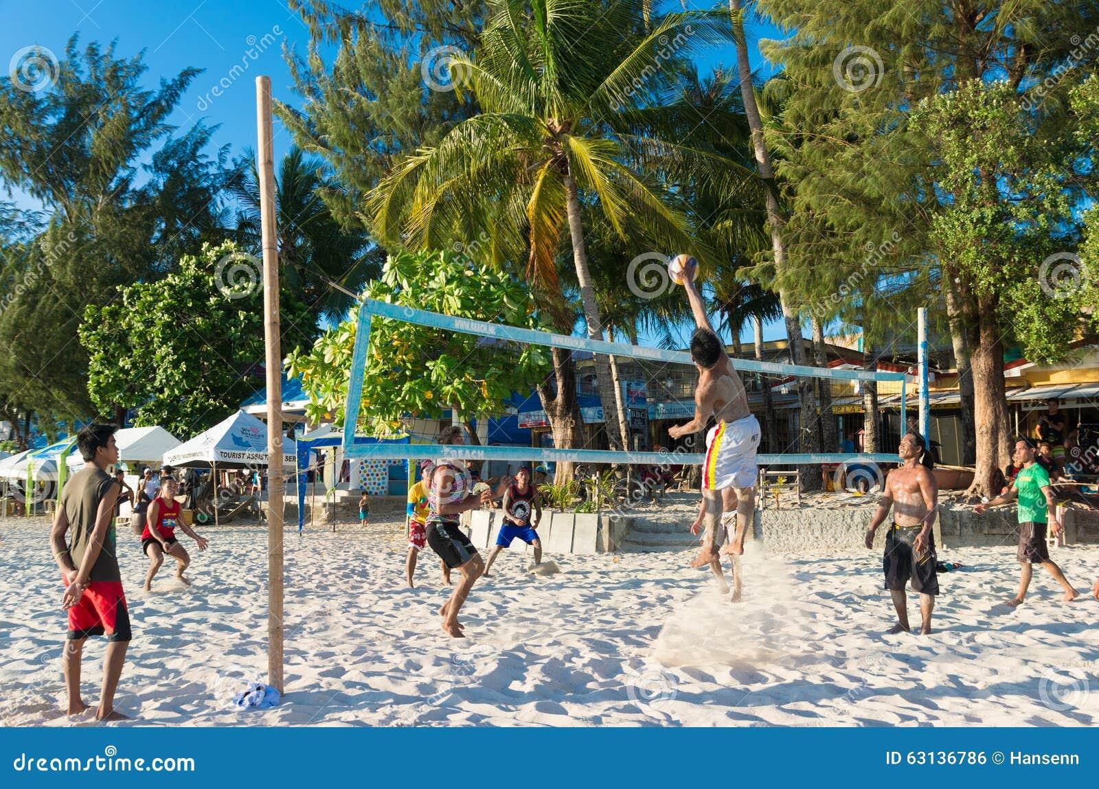 Ludzie bawić się plażową siatkówkę