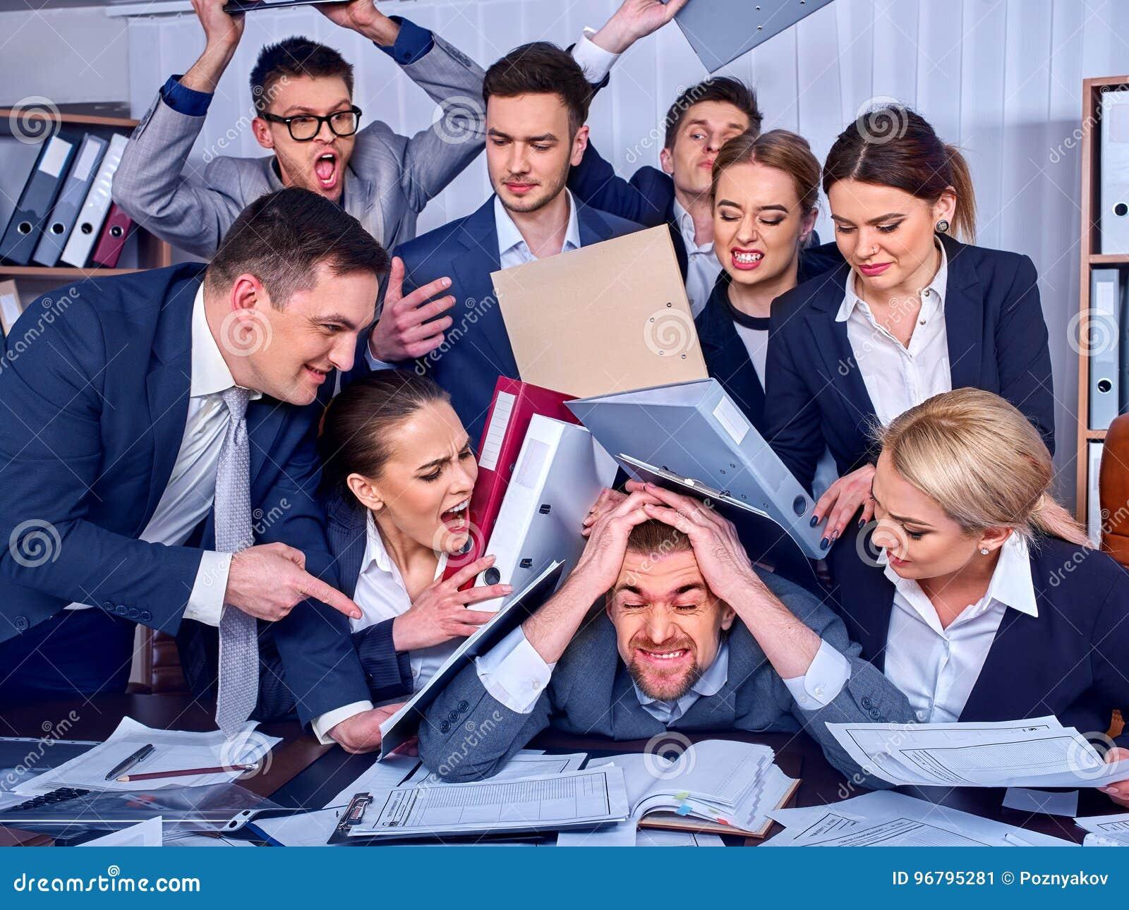 Ludzie biznesu biurowi Drużynowi ludzie są nieszczęśliwi z ich liderem