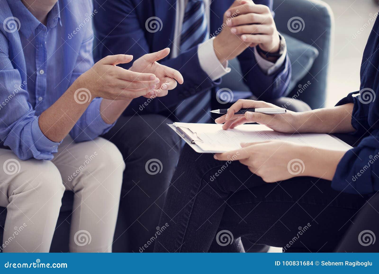 Ludzie biznesu dyskusi advisor pracującego pojęcia