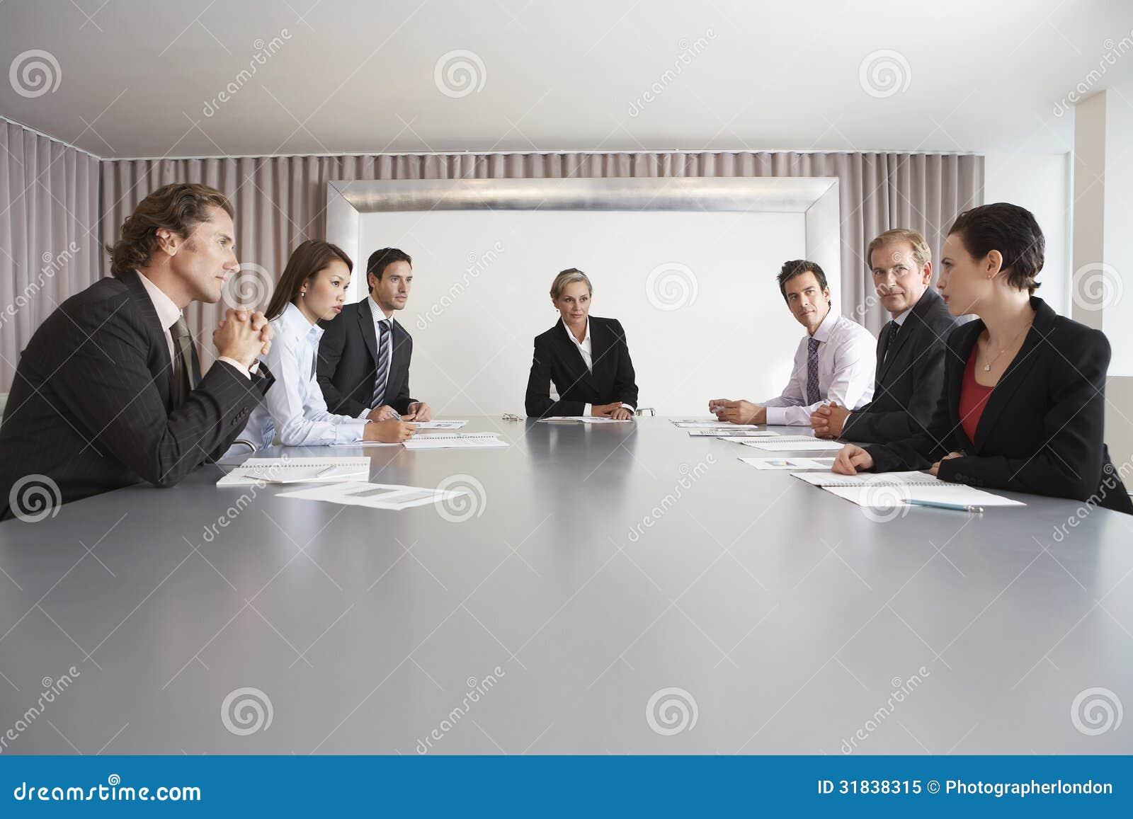 Ludzie Biznesu Dyskutuje W sala konferencyjnej