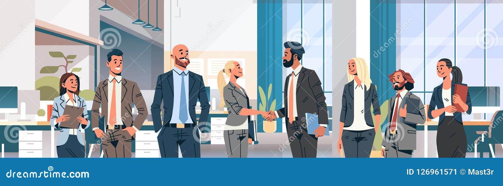 Ludzie biznesu grupy ręki potrząśnięcia zgody komunikuje pojęcie mężczyzna kobiet nowożytnego coworking biurowego wewnętrznego pa