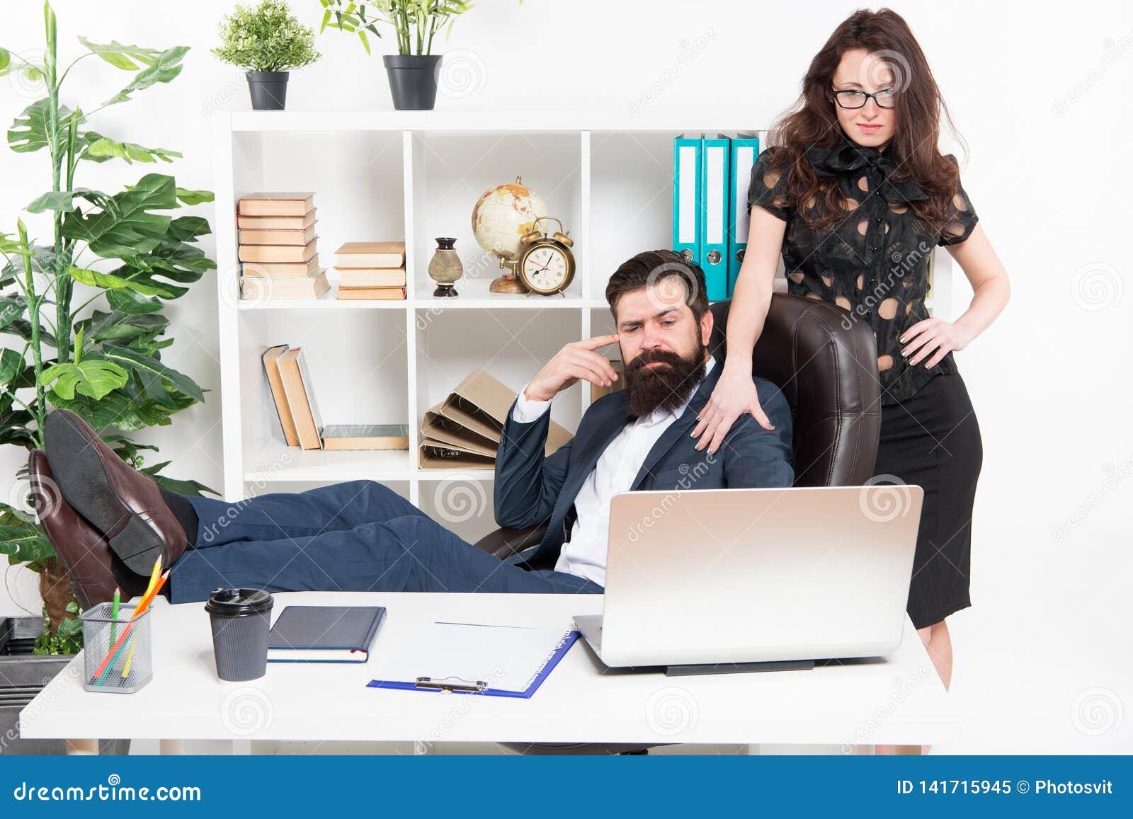 Ludzie biznesu i biurowy personel Seksowny sekretarka asystent osobisty Typowy biurowy życie Mężczyzny modnisia brodaty szef sied