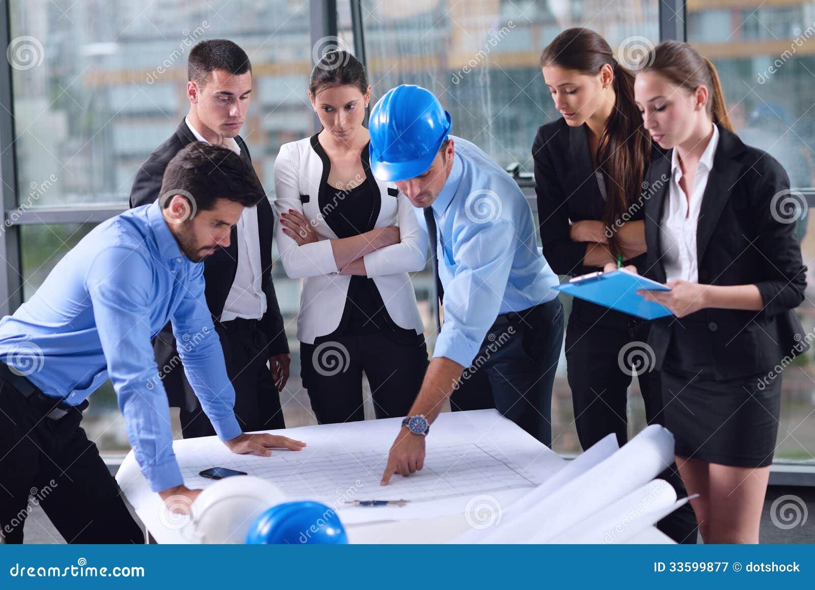 Ludzie biznesu i inżyniery na spotkaniu