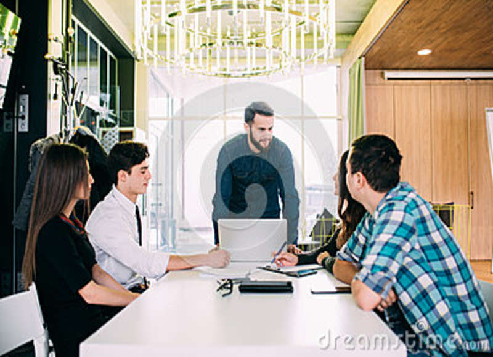 Ludzie Biznesu Ma spotkani rady W Nowożytnym biurze Praca zespołowa