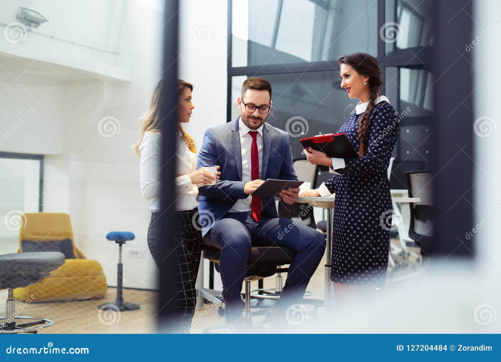 Ludzie biznesu Ma spotkania W Nowożytnym biurze