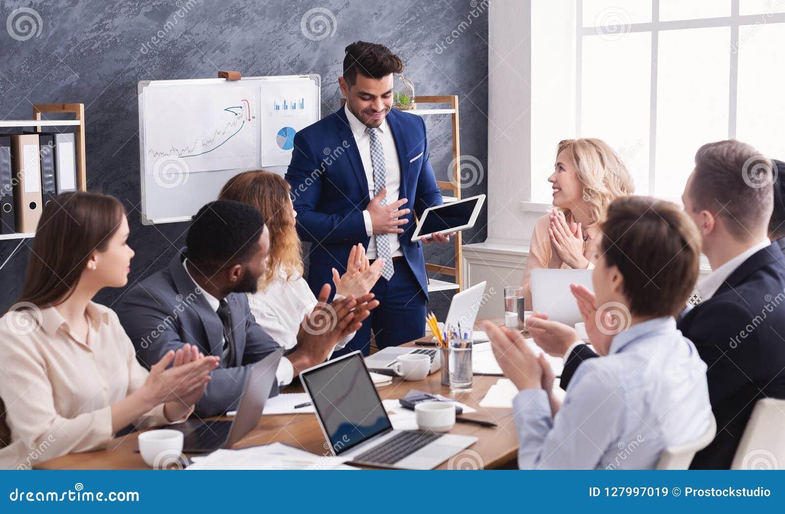 Ludzie biznesu oklaskuje dla kolegi po prezentaci