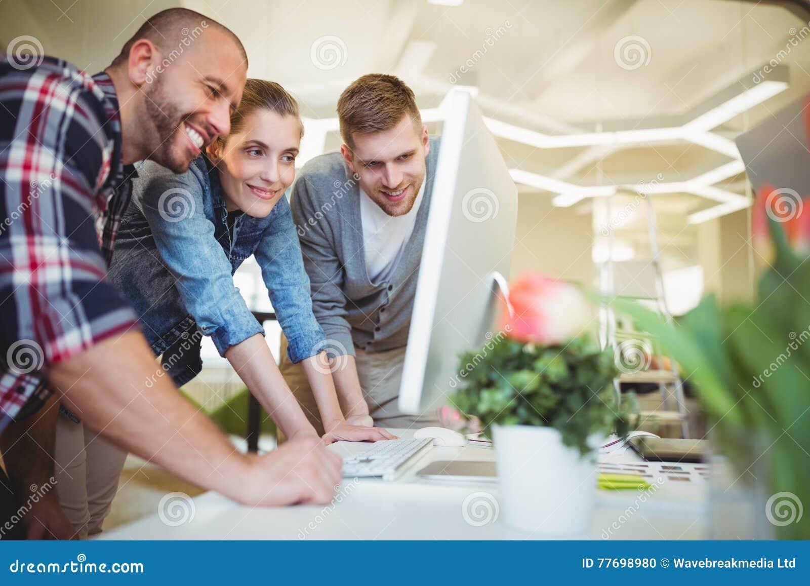 Ludzie biznesu patrzeje komputer w biurze