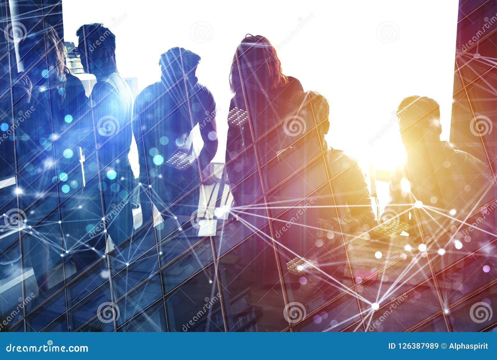 Ludzie biznesu pracują wpólnie w biurze z internet sieci skutkami Pojęcie praca zespołowa i partnerstwo kopia